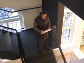 Riddare som håller tal långt upp i trappan personalen står nedanför och lyssnar CIMG3157